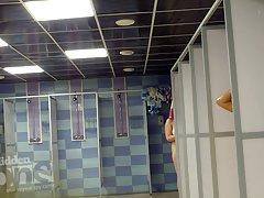아름 다운 황갈색 라인 벌 거 벗은 여자는 샤워를 걸립니다.