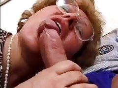 섹시한 오래된 여자에 유리 Fucks 젊은 꼬