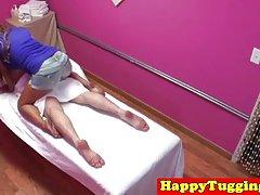아시아 레즈비언 masseuse tugs dick 후 승마