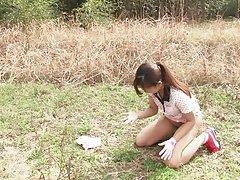 일본 하이 틴은 야외에서 거 시기를 빠는 그녀의 무릎에