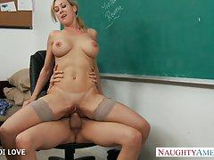금발 교사 브랜디 사랑 교실에 수 탉을 타고