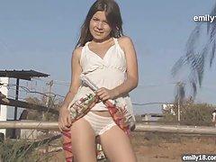 농장에서 십 대 소녀