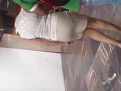 una madurita en minifalda saliendo 델 메트로