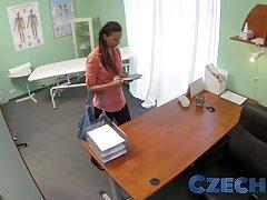 체코어 의사가 속속들이 검사 하는 결혼된 한 여자