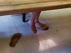 솔직 한 아시아 도서관 여자 발, 다리 부분 4