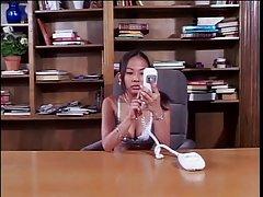 두 아시아 레즈비언,그 사무실에