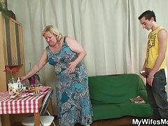 아내 보고 법에 거 대 한 어머니는 그의 수 탉을 타고