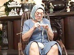 뜨개질을 하는 할머니가를 받고 망 hard