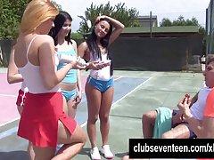 4 쓰레기 청소년 테니스 필드 야외에 두 남자를 섹스