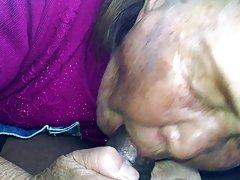 오래 된 한국 아시아 여자 빠는 bbc 자동차에 건조.