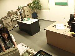 스타킹에서 사무실 아가씨 두드리는 전에 손가락을 가져옵니다.