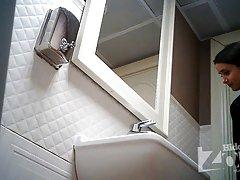 술집의 화장실에 숨겨진된 카메라입니다.