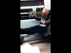 2 젊은 여자는 기차에 번쩍이 고 얻는 재미