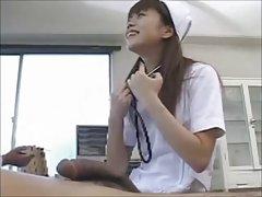 젊은 간호사가 망한 그녀의 환자 및 의사