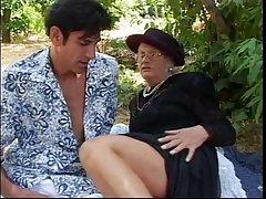 는 노인 여인을 만나 장식 못에서 공원 같이 흡입하므로 그의 열심히 닭이 다음 섹