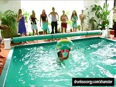 Sinfully 당사국이 아가씨들이 망가져 근처에는 수영장