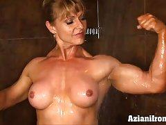 보디 샤워에서 그녀의 부드러운 엉덩이 미