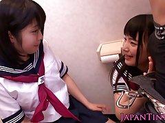 몸집이 작은 일본 여 학생 사랑 쓰리