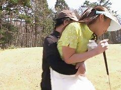 섹시 한 귀여운 여자 그녀의 골프 강사의 거 시기를 빠는 사랑