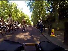 공공 자전거에 나체 주의자