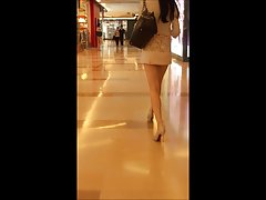 공공 장소에서 예쁜 중국 여자