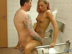 젊은 독일 청소년 섹스 몰에서 공공 화장실에 노인