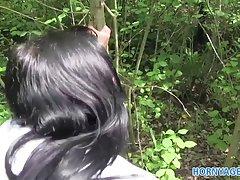 hornyagent 검은 머리 여자와 숲에서 빌어 먹을